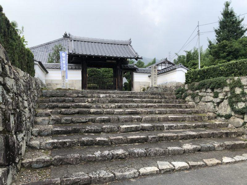 盛安寺の山門