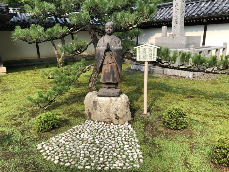 真盛上人の石像