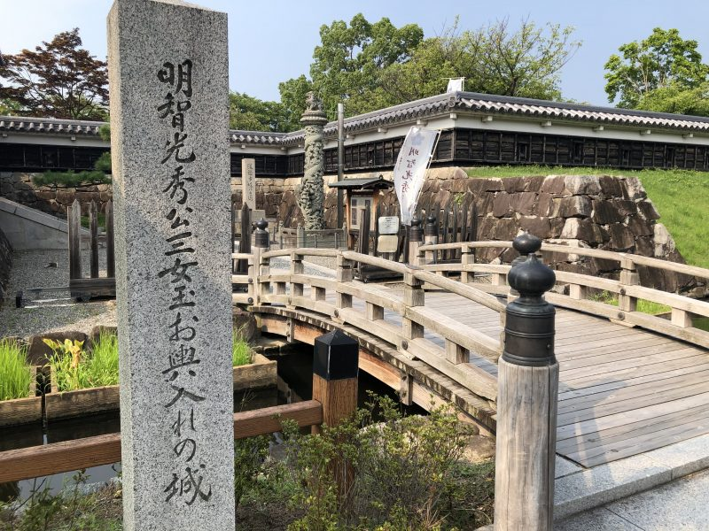 勝竜寺城本丸前の石碑