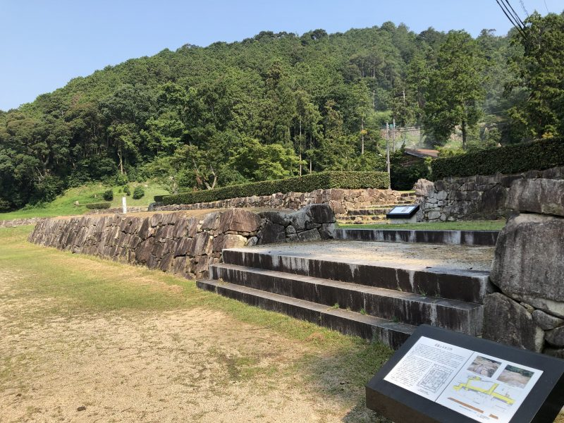 安土城正面の東側石塁
