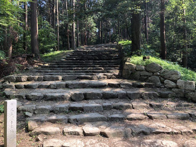 安土城・黒金門前の石段