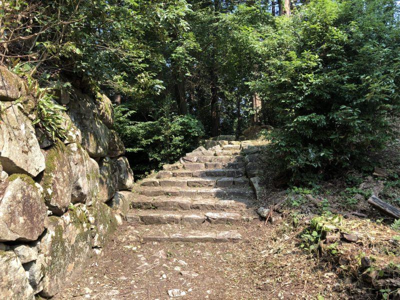 伝長谷川秀一邸跡への石段