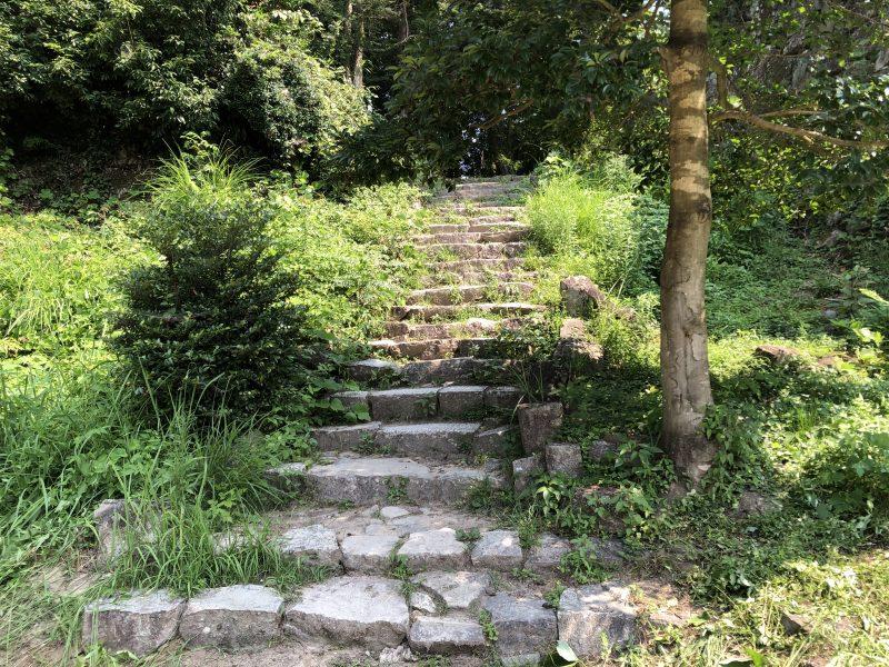 安土城・本丸および二の丸へ続く石段