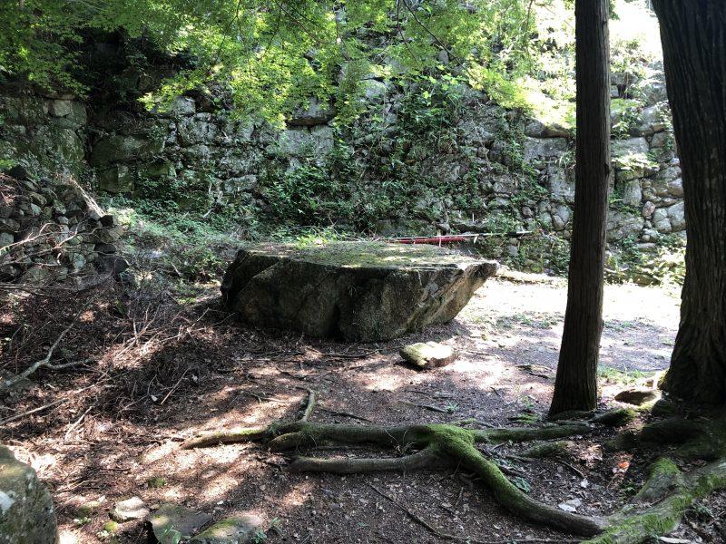 安土城主郭部の石