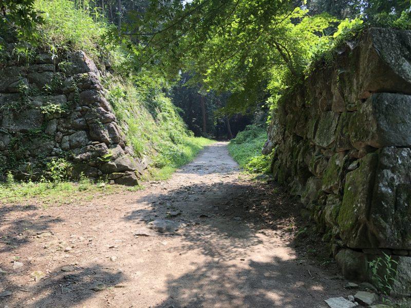 安土城本丸跡周辺の石垣