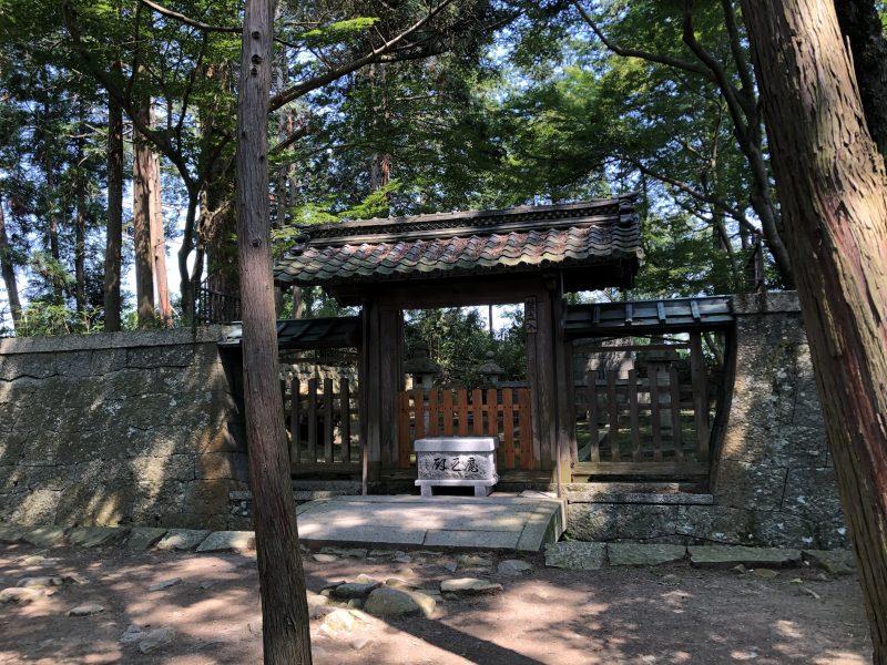 安土城二の丸・信長公本廟