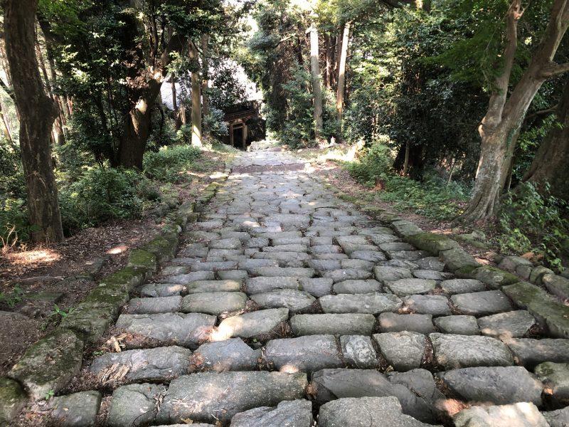 摠見寺・二王門へ向かう石段