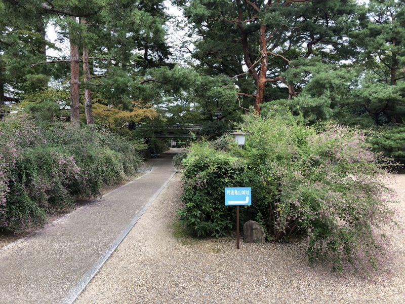丹波亀山城址への道