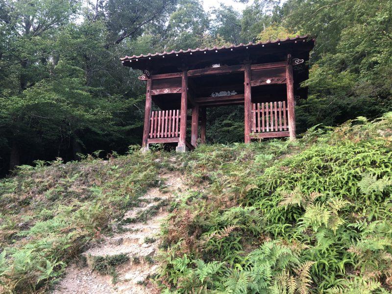 黒井城・石踏の段赤門近影