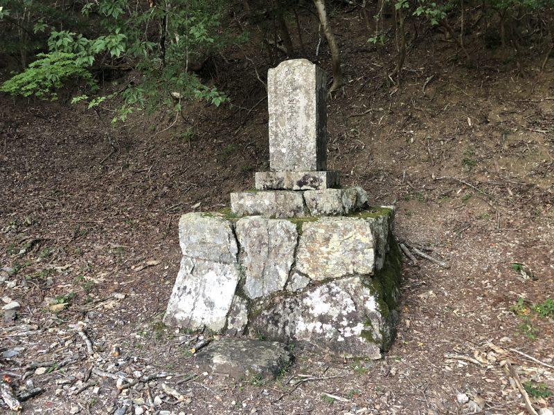 黒井城・石踏の段に残る石碑