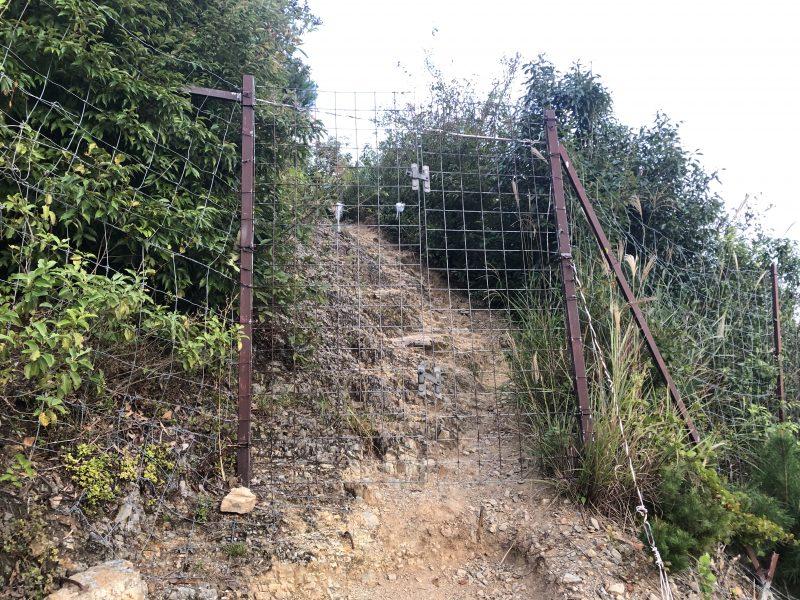 黒井城の登山道にある柵