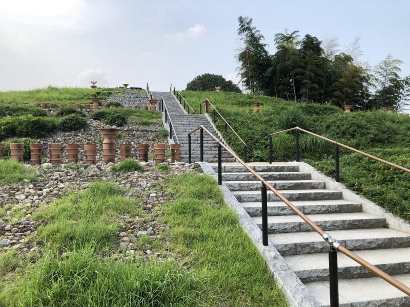 恵解山古墳の階段