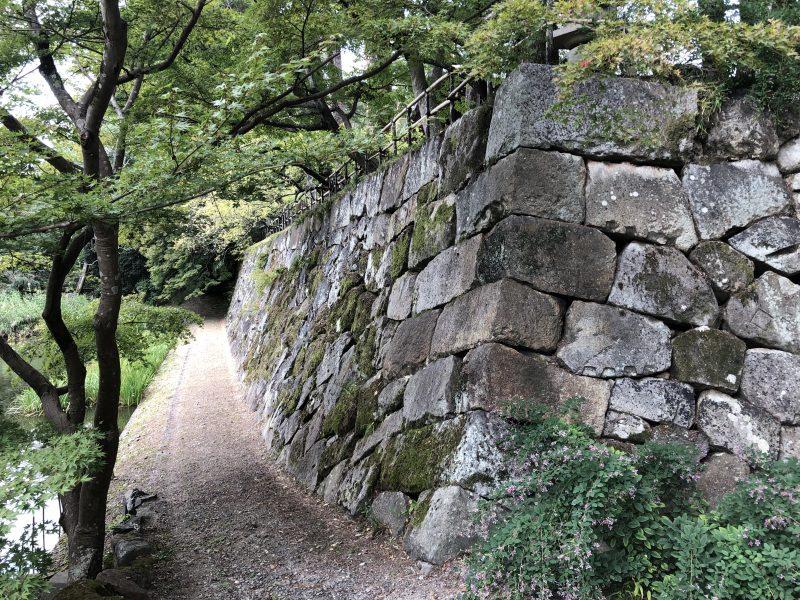 丹波亀山城の石垣と内堀跡