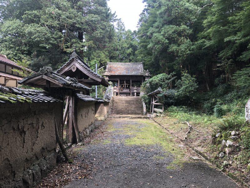 八上城山麓の春日神社