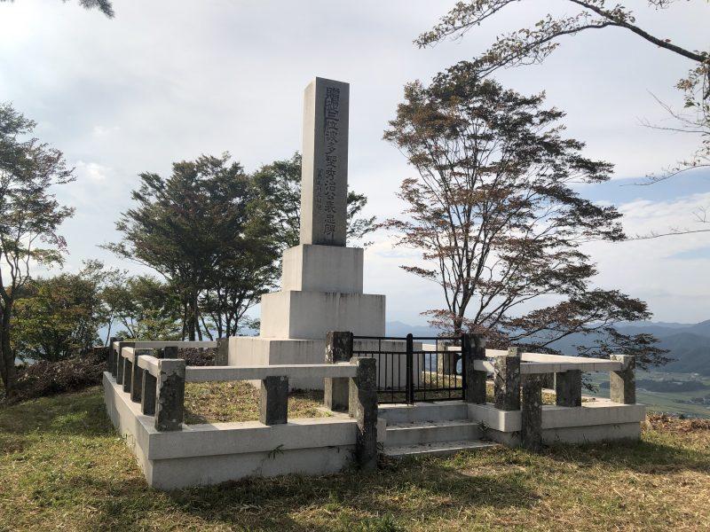 八上城・本丸に建つ波多野秀治公石碑