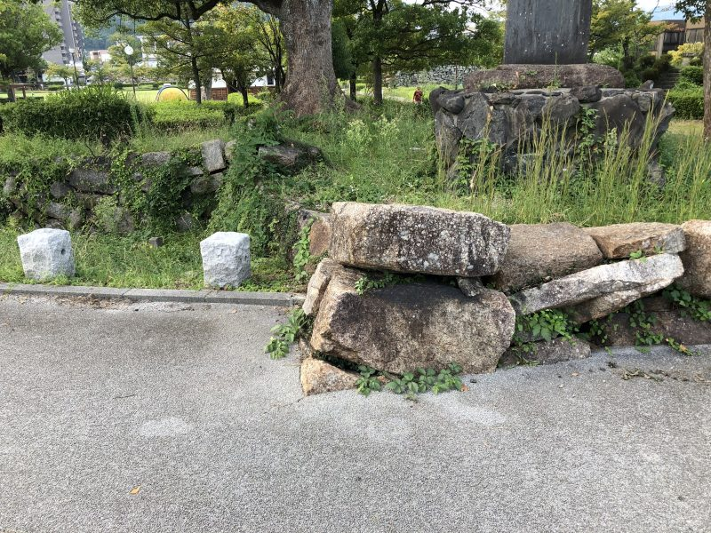 道路にはみ出した田辺城の石垣