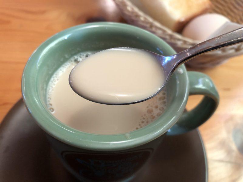 黒みつミルクコーヒーをスプーンでひとすくい
